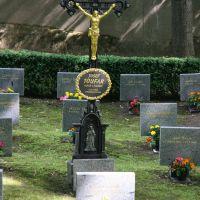 Kříž vztyčený v roce 1968 na ďáblickém pohřebišti