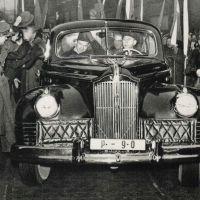 Rudolf Slánský a Klement Gottwald přijíždí na Václavské náměstí 25. 2. 1948